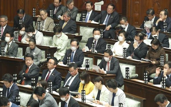 マスク姿の議員も目立つようになった(2月28日の衆院本会議)