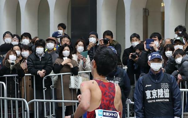 東京マラソンのゴール近くではマスク姿のファンが目立った(1日、東京都千代田区の丸の内仲通り)
