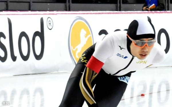 オールラウンド男子1万メートルで滑走する一戸誠太郎(1日、ハーマル)=共同