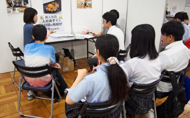 企業は高校生を取り込もうと積極的にアピールする(2019年7月に開いた合同企業説明会)