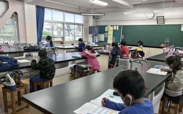 学校を訪れ、理科室で自習する児童(さいたま市立北浦和小学校)