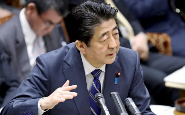 参院予算委で新型コロナウイルスへの対応について答弁する安倍首相(2日午前)