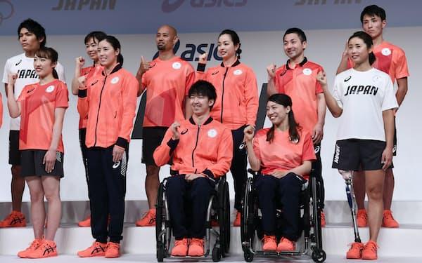 東京五輪・パラリンピックの日本代表選手団公式スポーツウエアを披露する選手たち。1着ごとに柄の位置が異なるデザインで多様性を表現している(2月21日、東京都中央区)