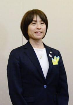 米国で開催される国際親善大会「シービリーブスカップ」への出発前、取材に応じるサッカー女子日本代表の高倉監督(2日、成田空港)=共同