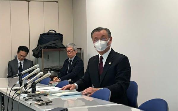 知事選の予定通り実施を発表する、熊本県選挙管理委員会の松永委員長(2日、熊本県庁)