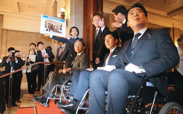 参院のバリアフリー化を進めるにあたり、推進プロジェクトチームの議員が院内を実際に車椅子で移動し、整備予定の箇所を視察しました
