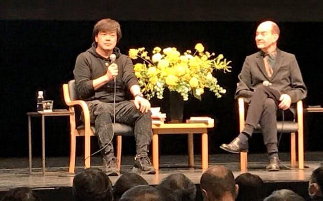 「黄犬忌」で公開対談する平野氏(左)とキャンベル氏(東京都新宿区の紀伊国屋ホール)