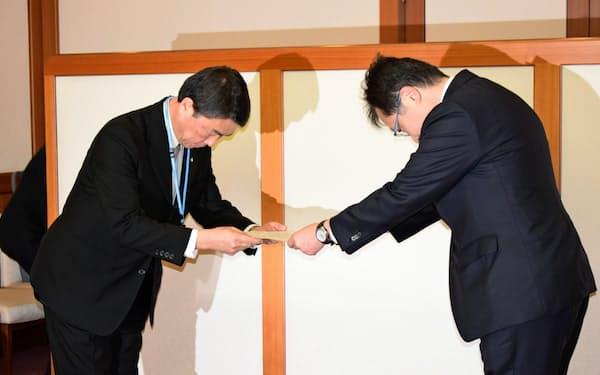 高橋長官(右)が村井知事に同意を要請した(2日、宮城県庁)