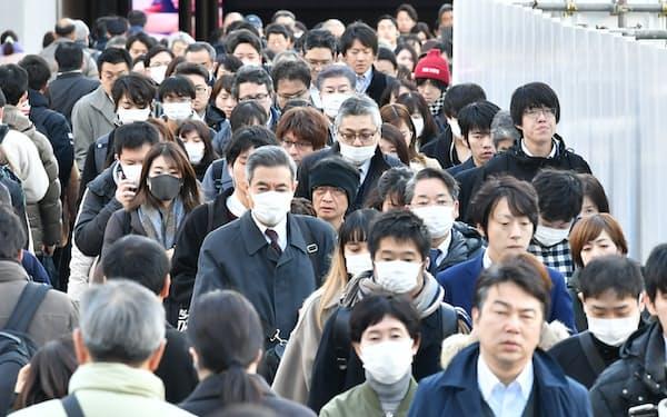 マスクをつけて通勤する人たち(大阪・梅田)
