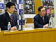 記者会見する群馬県の山本知事(左)ら(2月26日、前橋市)