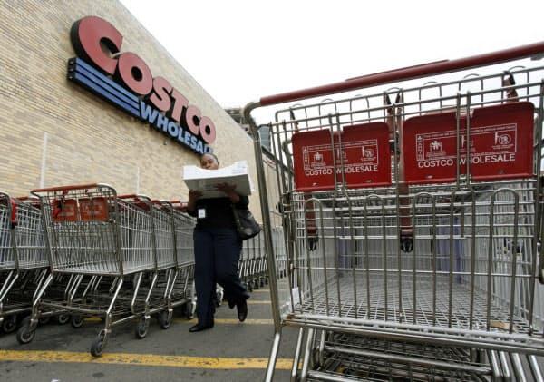 米国でも、コストコなどで日用品の買い占めが起きた=ロイター