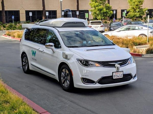 本社の敷地内を走行する米ウェイモの自動運転車(2019年10月、米カリフォルニア州マウンテンビュー市)