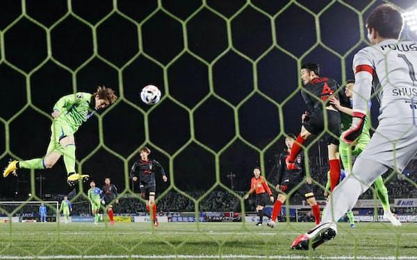 ヘディングはサッカーで最も心躍るシーンの一つ。2月21日の浦和戦で湘南・石原直が頭でゴール=共同