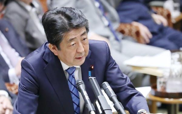 参院予算委で新型コロナウイルスへの対応について答弁する安倍首相(3日午前)