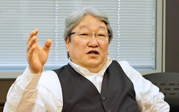 鈴木 洋氏(すずき・ひろし) 85年(昭60年)米メンロー大卒、HOYA入社。93年取締役。99年専務、00年に社長。03年から代表執行役最高経営責任者(CEO)。11年シンガポール支店代表も兼任し、生活の基盤をシンガポールに移した。東京都出身。61歳。