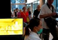 シンガポールのショッピングモールでも体温検査が実施されている=ロイター
