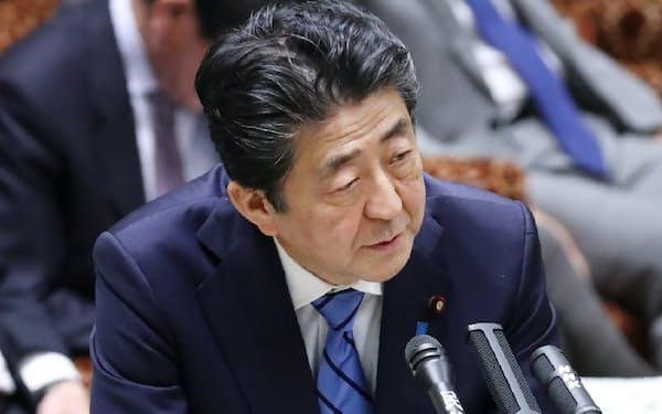 参院予算委で答弁する安倍首相(3日)