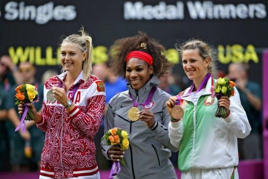 ロンドン五輪テニス女子シングルスの表彰式でポーズをとる(左から)銀メダルのシャラポワ、金メダルのS・ウィリアムズ、銅メダルのアザレンカ(12年)=ロイター
