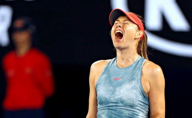 19年の全豪オープンでポイントを奪い、雄たけびを上げるシャラポワ=共同