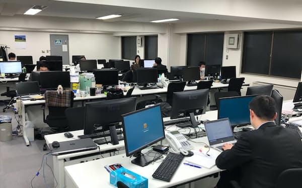 一部従業員の在宅勤務が始まったコムニックのオフィスでは空席も見られる(3日、東京・中央)