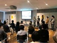 空き店舗の活用方法をプレゼンテーションする参加者ら(1日、さいたま市)