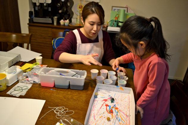 持参した絵の具で子どもたちにアートレッスンをする清川さん
