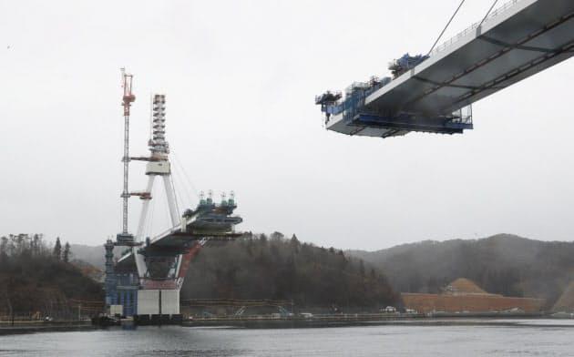 建設が進む三陸沿岸道路の気仙沼湾横断橋(2月、宮城県気仙沼市)