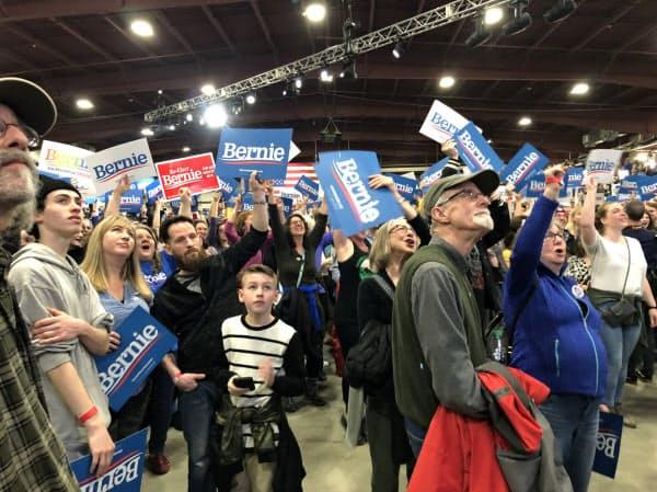 集票速報に沸き立つサンダース氏の支持者ら(3日、米バーモント州バーリントン)