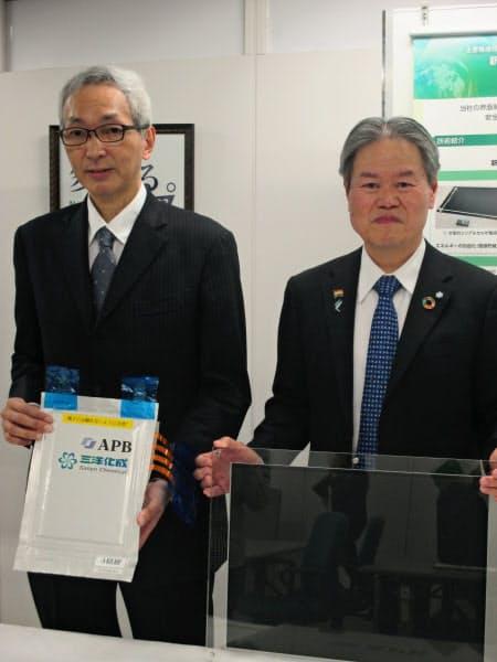 全樹脂電池を掲げる三洋化成の安藤社長(右)とAPBの堀江社長(4日、東京都中央区)