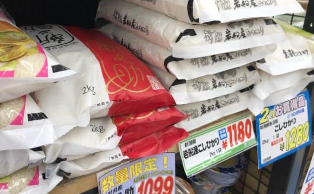在庫を処分しようと特売にかけられるブランド米も多い(東京・世田谷のスーパーのオオゼキ)