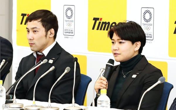 記者会見する東京五輪柔道女子48キロ級代表の渡名喜風南。左は男子60キロ級代表の高藤直寿(4日、東京都品川区)=共同