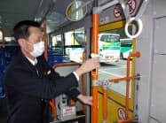 宮城交通は1運行ごとにバス車内の手すりや肘掛けを消毒(4日、宮城県名取市)