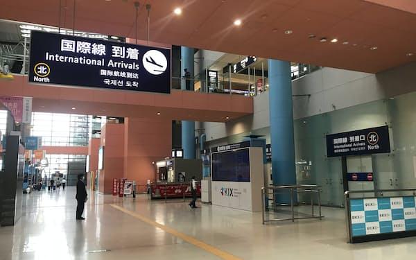 観光客が減って閑散としている関西国際空港の到着ロビー(1月下旬)