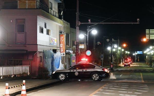 帰還困難区域などが一部解除され、パトカーが巡回する福島県双葉町(4日)