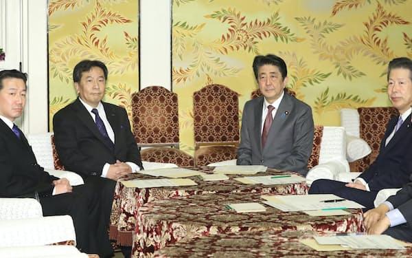 国会内で会談に臨む立憲民主党の枝野代表(奥左)と安倍首相ら(4日)
