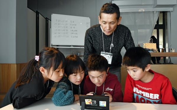 臨時休校になり、商業施設のテナントの従業員がボランティアで児童を預かる(3日、滋賀県長浜市)