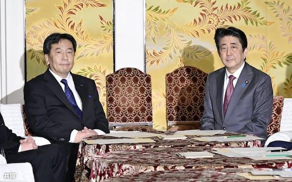 立憲民主党の枝野代表(左)との会談に臨む安倍首相(4日午後、国会)=共同