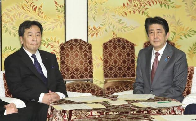 安倍首相は法整備への協力を立憲民主党の枝野代表に求めた(4日、国会内)