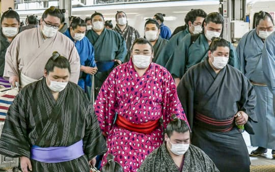 大相撲春場所のためマスクを着用して大阪入りした力士たち(2月23日)=共同