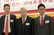 東亜銀行は昨年、李国宝氏(中)がトップを退いて2人の息子(両端)に引き継いだ