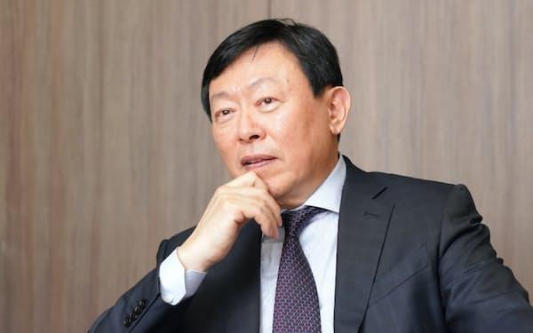 インタビューに応じる韓国ロッテグループの重光昭夫会長(東京都内)