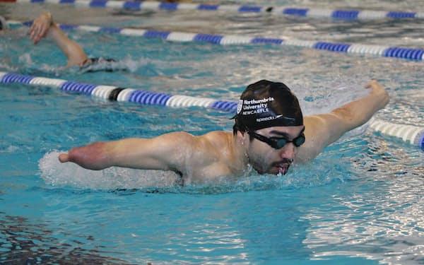 ノーザンブリア大学水泳部に所属し、健常者の学生と一緒に練習している