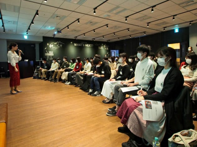 新型コロナウイルスの感染拡大を受け、就活生はマスクをつけてイベントに参加した(2月22日、東京都新宿区)