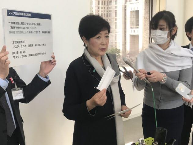 東京マラソンで一般ランナーに配布する予定だったマスク4万枚を配る(都庁)