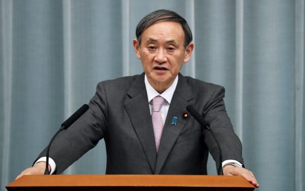 中国の習近平国家主席の訪日延期を記者会見で正式に発表する菅官房長官(5日、首相官邸)
