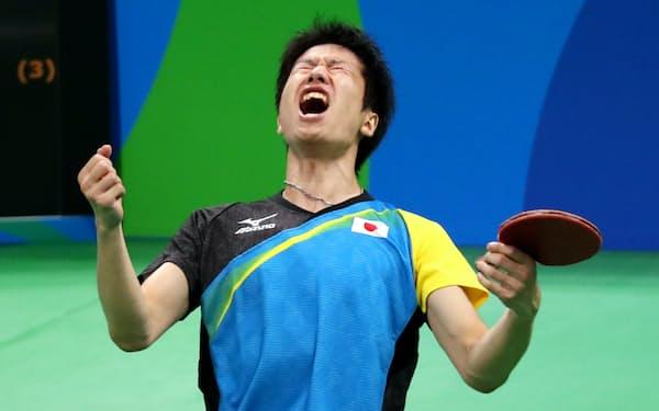 卓球男子シングルス3位決定戦で勝利し、雄たけびをあげる水谷