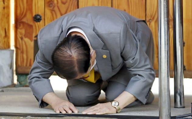 2日、韓国北部の京畿道加平郡の教団施設周辺で記者会見し、謝罪する新天地イエス教会の李萬熙(イ・マンヒ)教主=聯合・共同