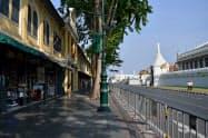 観光客が減り閑散とするバンコクの王宮周辺(3日)=ロイター