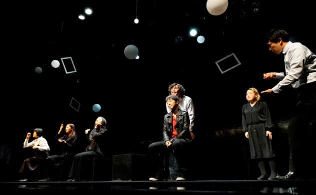 実験的な演出を使い、シンプルな舞台に映画的な想像力を展開した