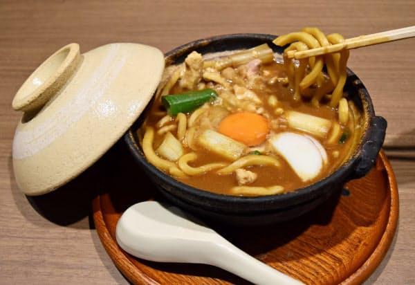 硬めの麺とまろやかな八丁味噌が絡み合う山本屋総本家の煮込みうどん